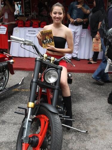 Bikers Kental Pretty girl on her bike