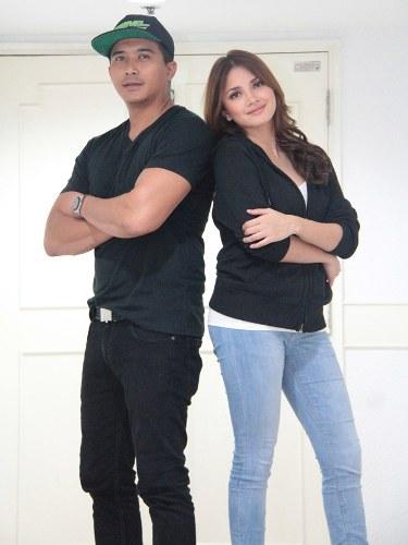 Lead stars Aaron Aziz and Nur Fazura strike a pose for the camera. e052523236b