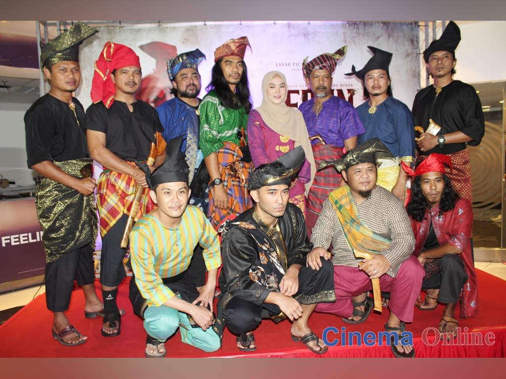 Pengarah dan barisan pelakon yang hadir di malam gala tayangan perdana filem 'Geran di' mmCineplexes eCurve, Damansara.