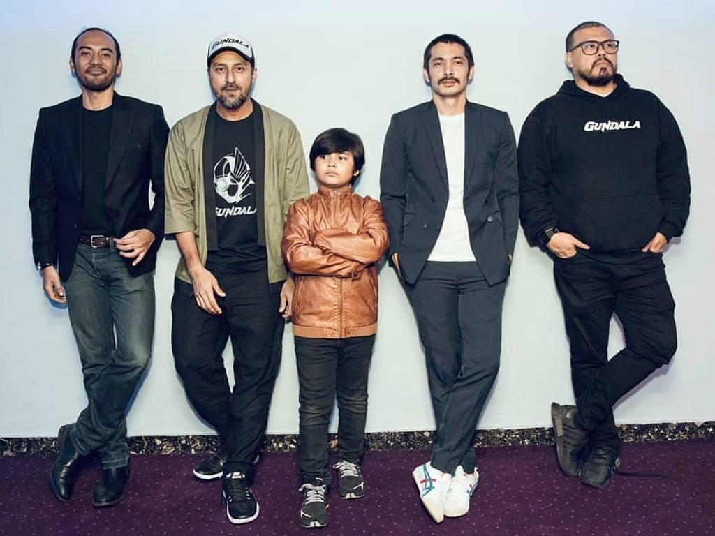 """Pengarah Joko Anwar bersama para pelakon utama filem """"Gundala""""."""