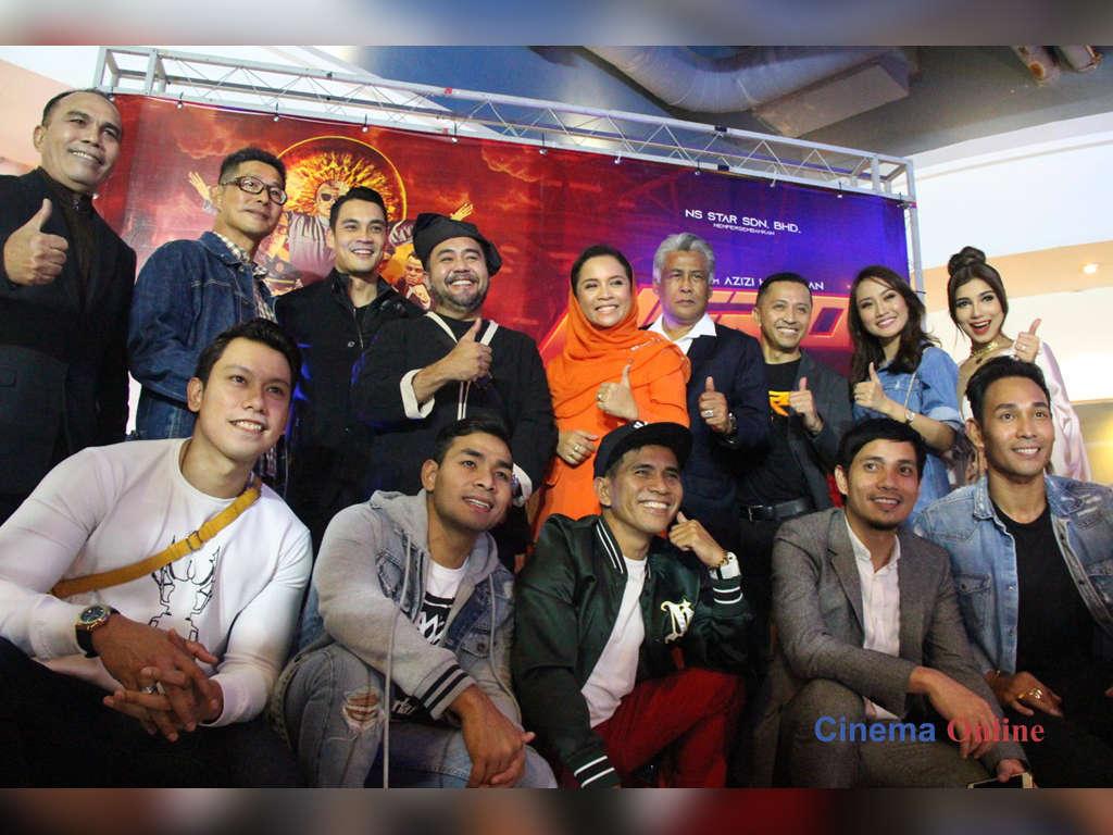"""Pengarah Azizi Hj Adnan bersama penerbit Darling Ngasri dan barisan pelakon """"Hero: Jangan Bikin Panas""""."""
