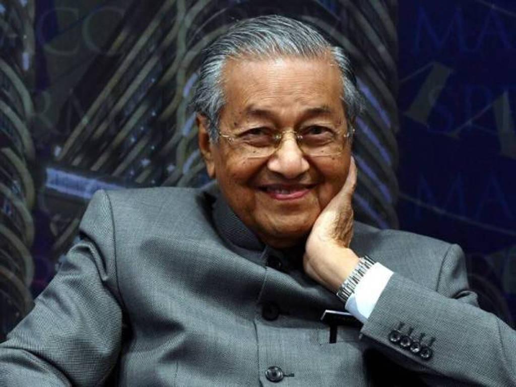 Tun Dr Mahathir akui tidak menyangka industri seni turut mempunyai 'penyangak' seperti dunia politik.