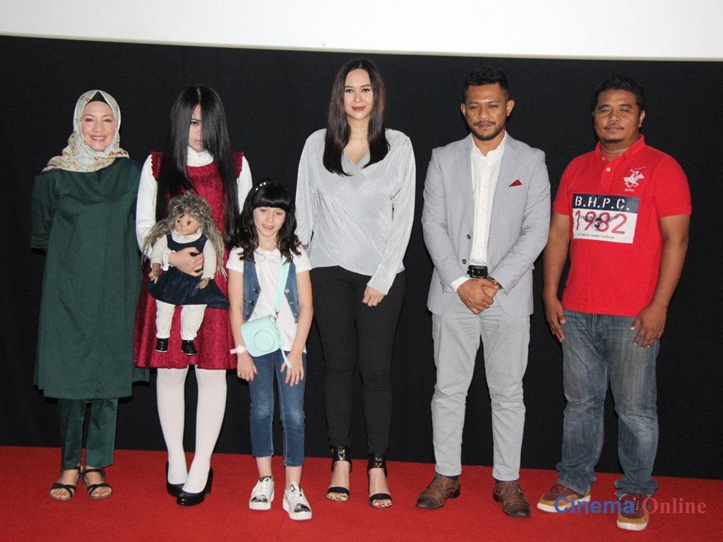 The Sacred Riana bersama penerbit dan barisan pelakon yang hadir ketika majlis pratonton 'The Sacred Riana: Beginning' di Malaysia.