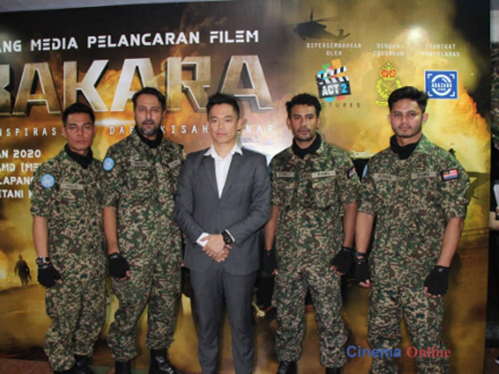 Hairul Azreen bersama barisan pelakon utama lain iaitu Bront Palarae, Fauzi Nawawi, Remy Ishak dan pengarah Adrian Teh.