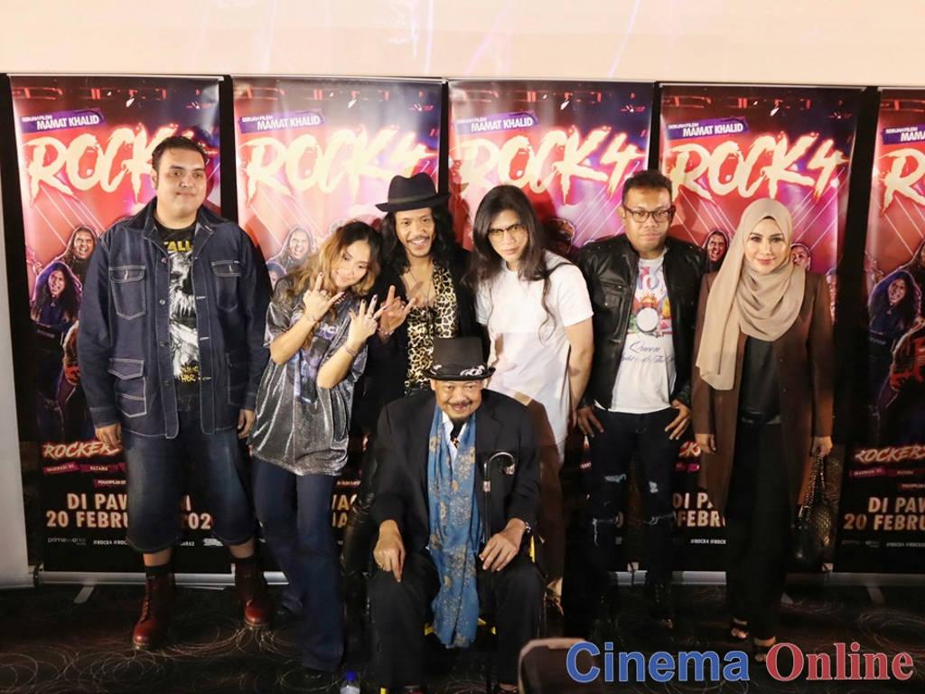 Kumpulan Rimba Bara 2 bersama pengarah Mamat Khalid.