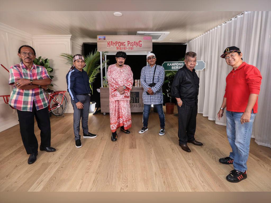 """Mamat Khalid and the main cast of """"Kampong Pisang Bersiri-siri"""