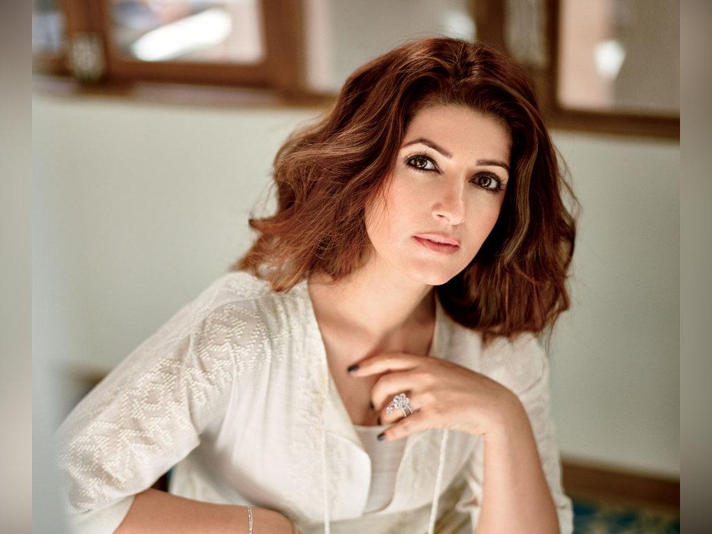 Twinkle Khanna sering mempersendakan filem lakonannya.