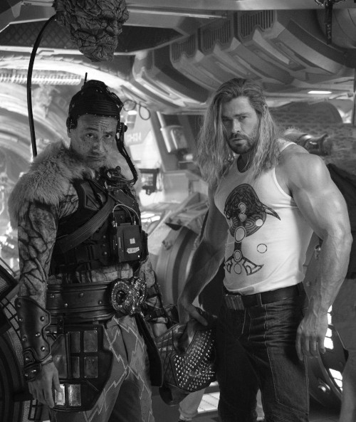 Chris Hemsworth previously sparked attention with his 'no-flex' flexing photo, and that's 'Thor' director Taika Waititi with him.